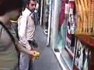 Skrytá kamera - starý muž kradne PIN kódy