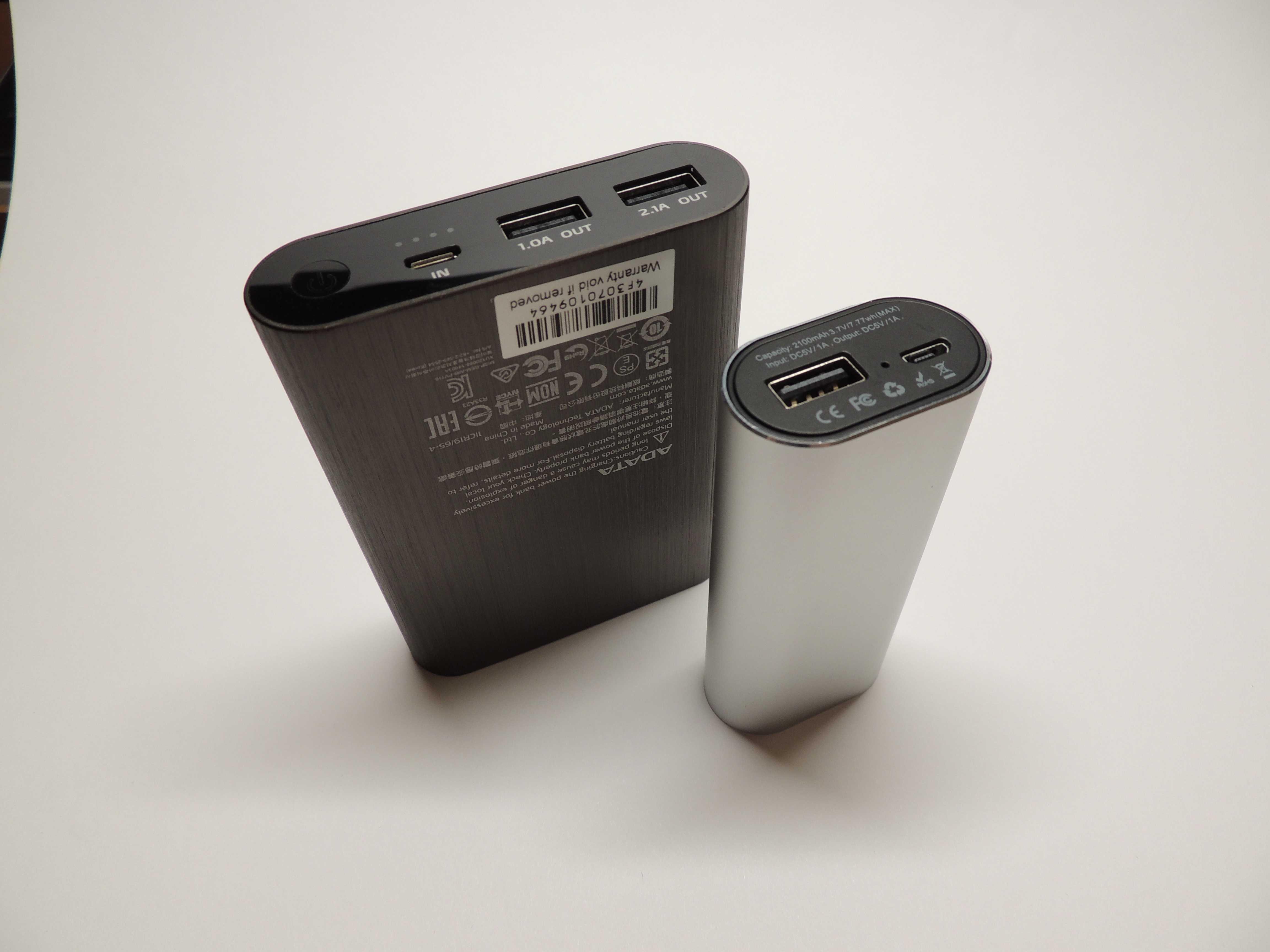 USB – C by som už považoval za štandard. Dióda ukazuje stav preblikávaním. Vzadu štandardná Powerbanka Adata. Zmenou polohy