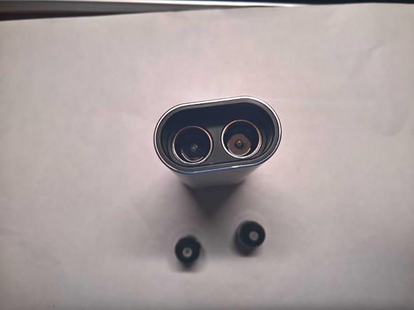 Detail odpružených elektród. Na zasunutie do prenosnej polohy je ale potrebná sila - na slchátka so spínačmi.