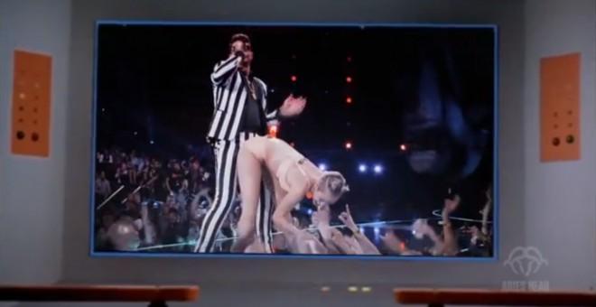 Kapitán Kirk pozerá vystúpenie Miley Cyrus